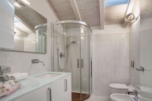 Bellagio Luxury Villa - Bathroom with shower