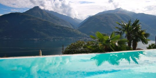 Luxury Villa Cremia with Swimming Pool and Lake View