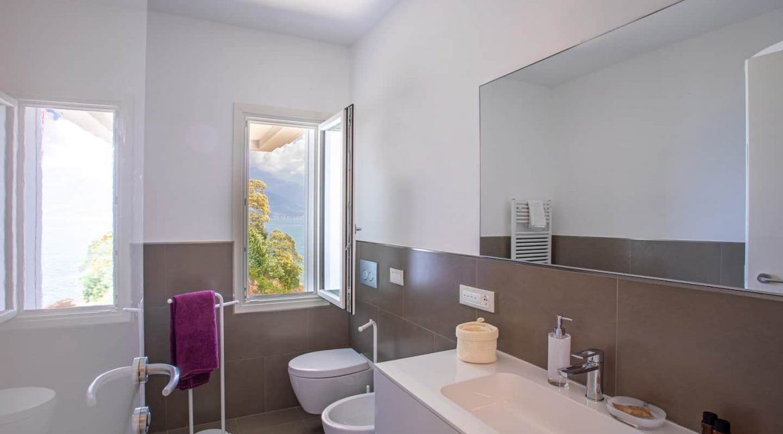 Pianello del Lario Luxury Villa Directly on Lake Como- bathroom